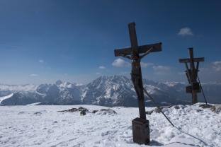 Gipfelkreuz des Schneibsteins, im Hintergrund König Watzmann