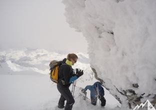 Einfache Kletterpassage am Grat.